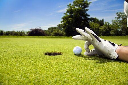pelota de golf: Golf Club: golfista concentrando el 18 agujero  Foto de archivo