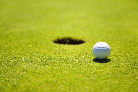 pelota de golf: Golf Club: bola cerca del hoyo 18vo
