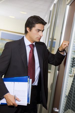 tocar la puerta: Oficina de la vida: los trabajadores j�venes llaman a su jefe puerta