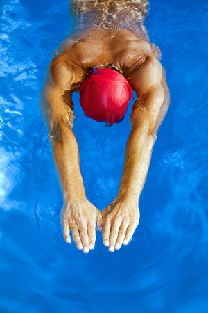 competitividad: Estilo de vida saludable: este nadador es ganar el concurso  Foto de archivo
