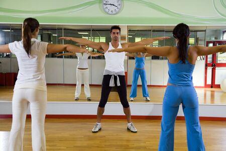 coordinacion: Hombre y mujeres que realizan ejercicios aer�bicos y de estiramiento  Foto de archivo