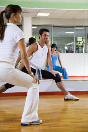 coordinacion: club de salud: el hombre y la mujer haciendo estiramientos y ejercicios aer�bicos