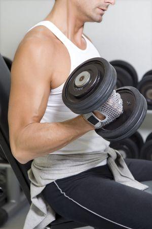 fitness hombres: club de la salud: individuo en un gym que hace el levantamiento de pesas Foto de archivo