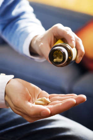 abusing: cuidado de la salud y la medicina: el hombre toma un analg�sico