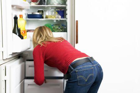 Hauptleben: Mädchen, das nach etwas sucht zu essen