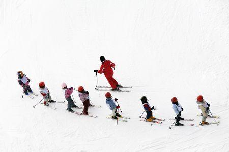 inverno scena: i ragazzi di imparare a sciare e il loro istruttore