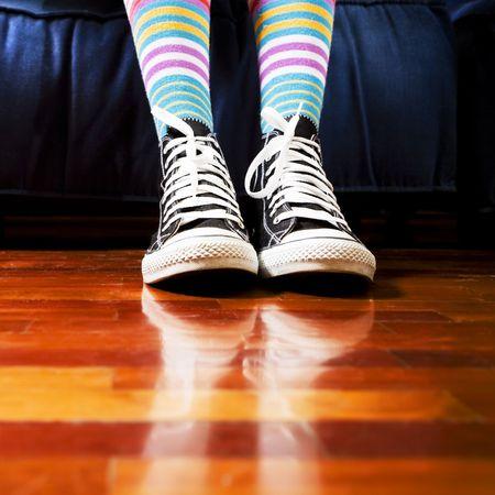 girl socks: 待合室の女の子。彼女の靴のクローズ アップ 写真素材