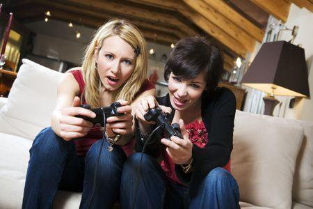chicas divirtiendose: las ni�as se divierten con un nuevo videojuego