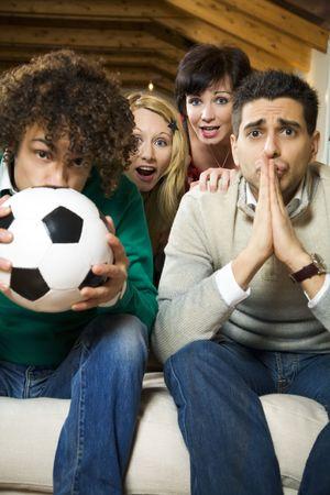 lucifers: huiselijk leven: groep vrienden kijkt naar een voetbalwedstrijd op tv