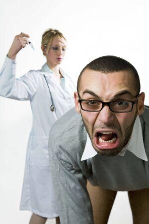 inyeccion: cuidado de la salud y la medicina: hombre joven miedo de las inyecciones  Foto de archivo