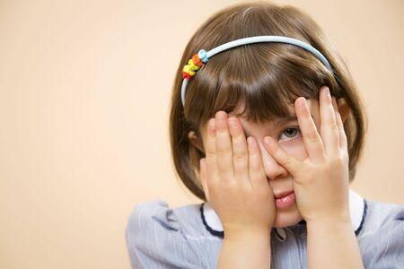 minors: esta ni�a ha hecho una travesura y es mirar a trav�s de sus dedos