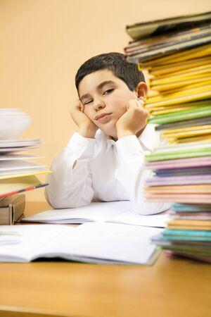 minors: ni�o peque�o aburrirte de su tarea  Foto de archivo