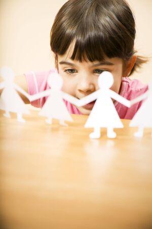 minors: peque�a muchacha que juega con las mu�ecas de papel