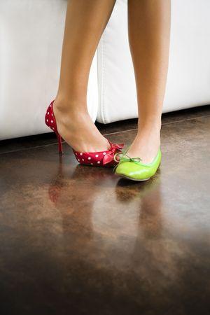 mistakes: Cultivada vista de la mujer no coincide llevar zapatos Foto de archivo