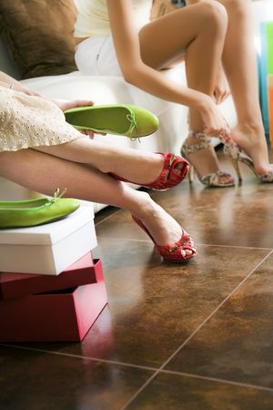 comprando zapatos: Las mujeres j�venes tratando de zapatos