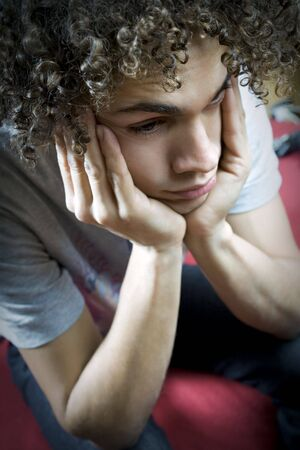 teenager thinking: Brasil adolescente triste y molesto en la habitaci�n