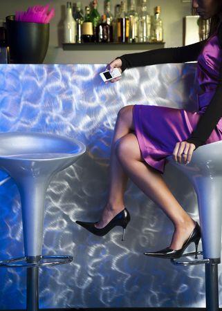 escabeau: jeune femme seule dans la barre d'attente et d'exploitation de t�l�phonie mobile
