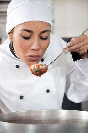 sauce tomate: femmes chef de d�gustation de sauce tomate. L'espace de copie Banque d'images