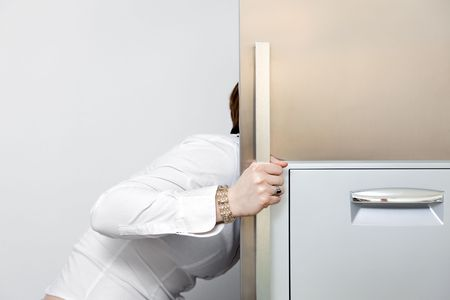 frigo: honger vrouw zoekt in de koelkast. Kopieer de ruimte