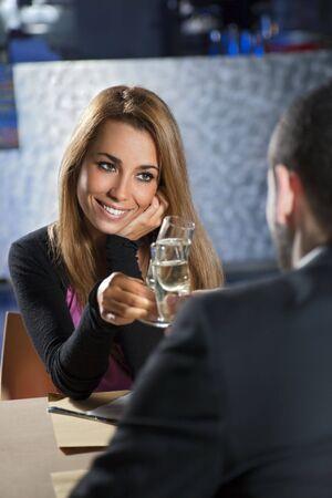 mid adult couple: mediados de adulto joven tostado en el restaurante. Copia espacio Foto de archivo