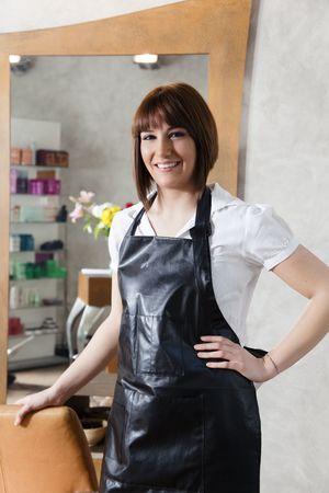 jasschort: portret van jonge volwassen haarstylist kijken camera Stockfoto