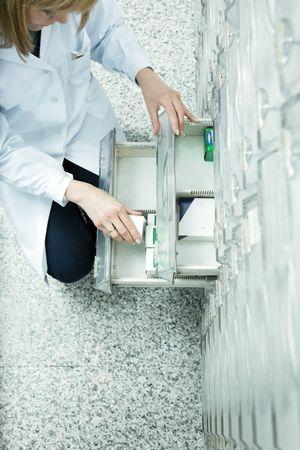 cassettiera: elevato angolo di visione di farmacista tenendo medicina cassetto. Copia spazio Archivio Fotografico