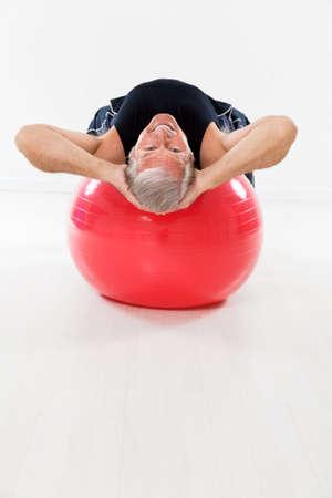 man working out: altos hombre de trabajo en gimnasio pelota y mirando la c�mara. Copia espacio