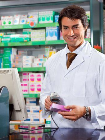 barcode scan: retrato de mediados de adultos farmac�utico exploraci�n medicina con lector de c�digo de barras
