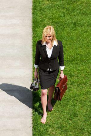 descalza: alto �ngulo de vista de mediados de adultos de negocios caminar descalzo sobre la hierba