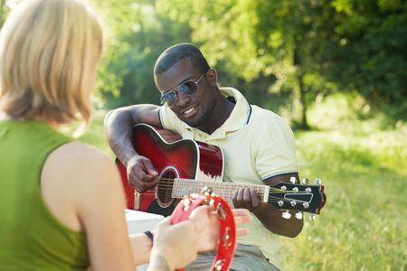 tambourine: dos amigos a tocar la guitarra y el pandero al aire libre Foto de archivo