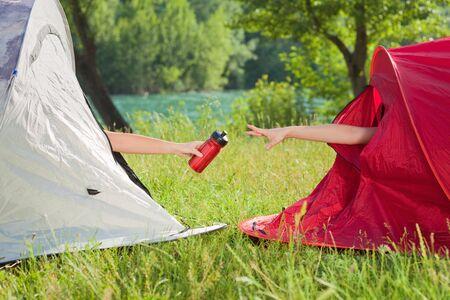 tomando refresco: dos mujeres en la carpa compartir frasco de agua