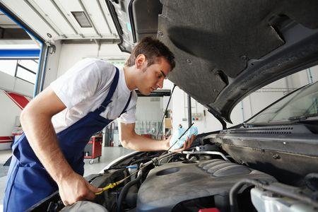 vista lateral de control mecánico de aceite de motor