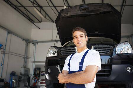 auto monteur: portret van de vrouwelijke klant met armen gevouwen in auto reparatiewerkplaats.
