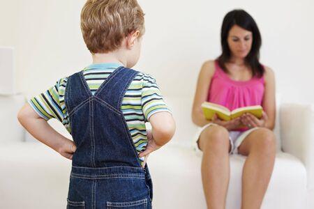 salopette: bored gar�on regardant maman avec les mains sur les hanches