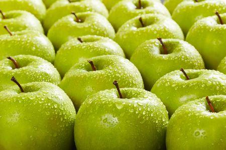 große Gruppe von Granny Smith Äpfeln in einer Reihe. Selektiver Fokus