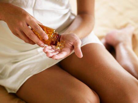 ハイアングルビュー: 薬を保持している若い女性のビューをトリミングしました。ハイアングル 写真素材