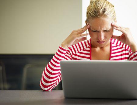mujer decepcionada: mujer que tiene dolor de cabeza con las manos en el templo. Copiar el espacio
