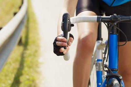 radfahren: Freigestellte Blick auf weibliche Radfahrer mit den H�nden auf der Bremse. Copy space Lizenzfreie Bilder