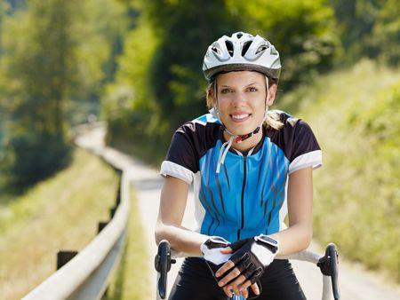 giovane donna in bici da strada. Copia dello spazio