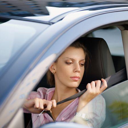 cinturon seguridad: la mujer en el auto de fijaci�n del cintur�n de seguridad
