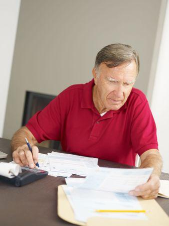 everyday scenes: Senior man controllo delle finanze domestiche. Copia dello spazio Archivio Fotografico