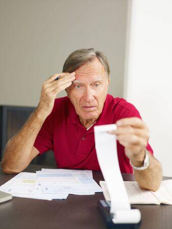 impuestos: Senior de hombre preocupado por sus casa de las finanzas. Copiar el espacio