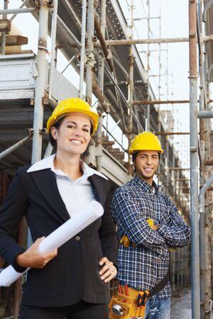 hard worker: Ritratto di operaio edile e architetto femmina. Copiare lo spazio