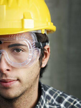 Bauarbeiter mit Schutzbrillen, die Kamera betrachten. Kopieren von Speicherplatz