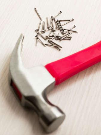 ハイアングルビュー: 釘とハンマーで木の床。ハイアングル 写真素材