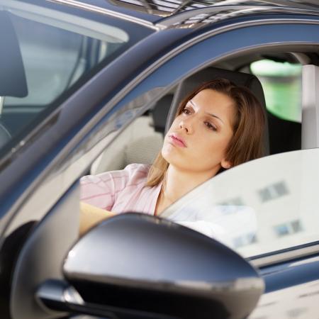 dżem: Kobieta jazdy samochodem w dżemie.