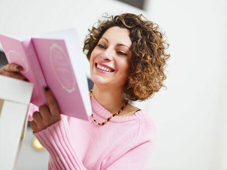 everyday scenes: donna lettura libro a casa. Copiare lo spazio