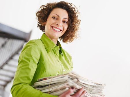everyday scenes: donna azienda quotidiani per il riciclaggio. Copiare lo spazio  Archivio Fotografico