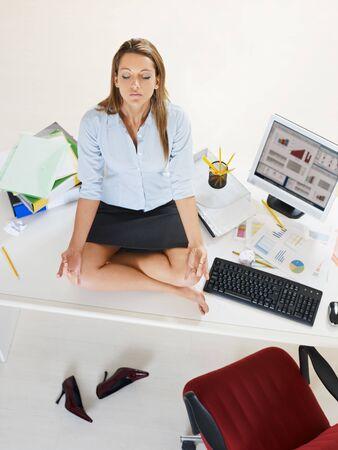 ハイアングルビュー: 実業家のオフィスでヨガをやっていると強調しました。ハイアングル、コピー スペース