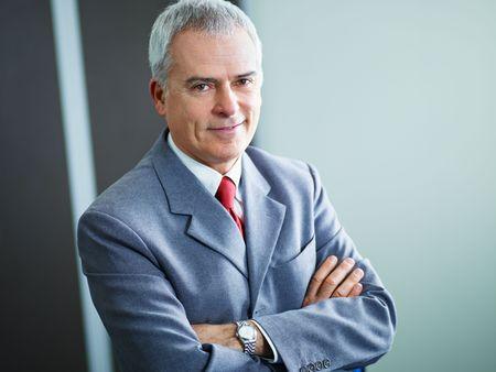 portrait de l'homme d'affaires d'âge mûr avec les bras croisés, regardant la caméra. espace de copie Banque d'images - 6309675